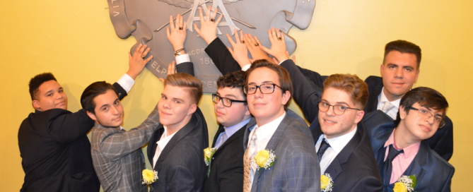 Juniors place their Class of 2020 rings on Adelphi's crest!